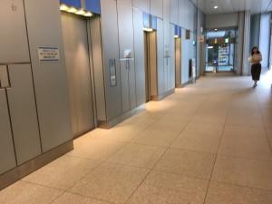 青色のエレベーターで11階へ